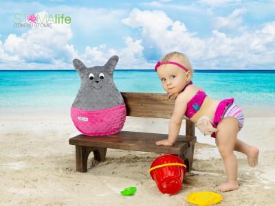 dziecko ze stomią na plaży
