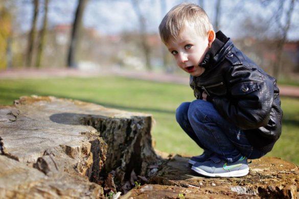 dziecko stomiczki na spacerze